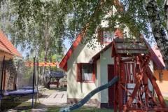Aliz vendégház utca felől, játszótér